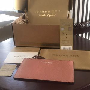 Burberry two tone card case with zip in dusty rose